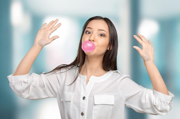 Giovane donna che soffia bubblegum