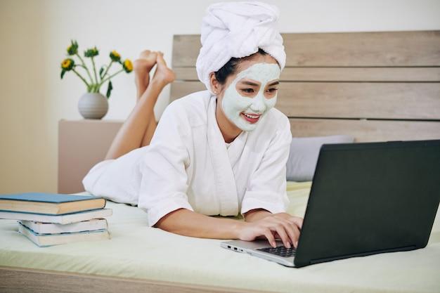 Giovane donna che studia a casa