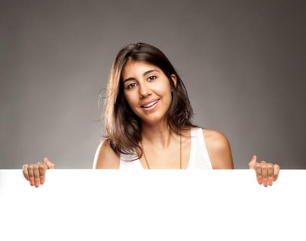 Giovane donna che tiene un banner