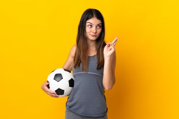 Giovane donna che tiene un pallone da calcio