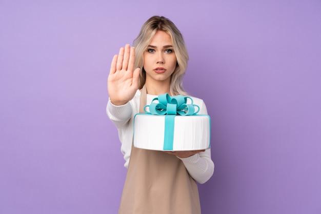 Giovane donna che tiene una torta