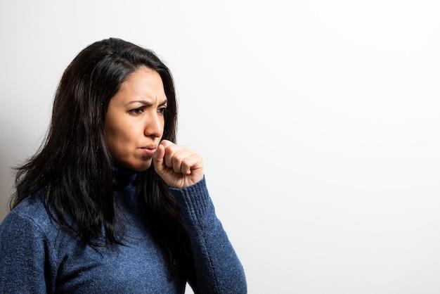 Giovane donna che tossisce