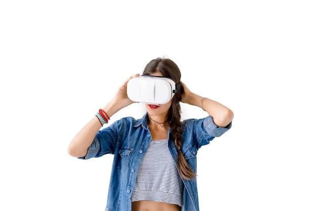 Giovane donna che usando gli occhiali vr
