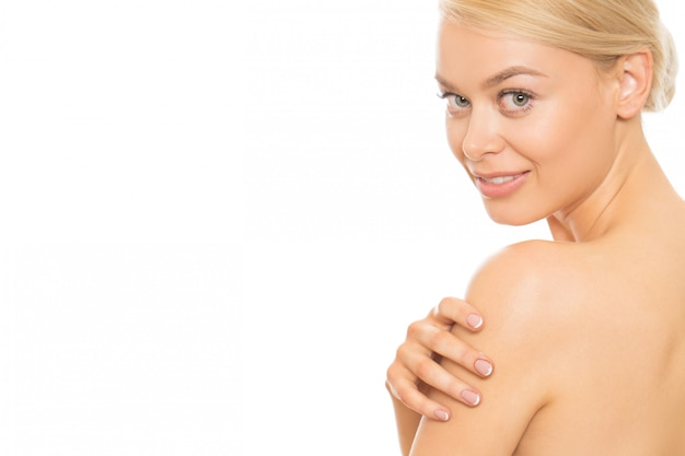 Giovane donna che usando la crema per la pelle