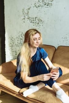 Giovane donna che usando uno smartphone