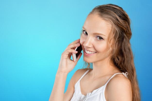 Giovane donna che utilizza un telefono cellulare