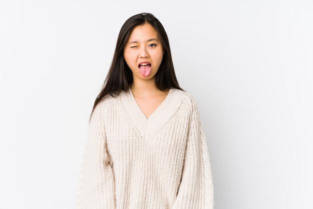 Giovane donna cinese divertente e amichevole che attacca fuori lingua.
