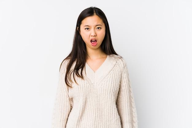 Giovane donna cinese isolata urlando molto arrabbiato e aggressivo.
