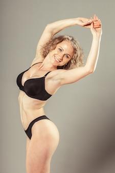 Giovane donna con bel corpo perfetto slim in bikini