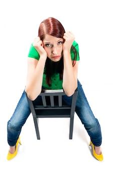 Giovane donna con bianco annoiato