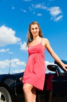 Giovane donna con cabriolet in estate in gita di un giorno