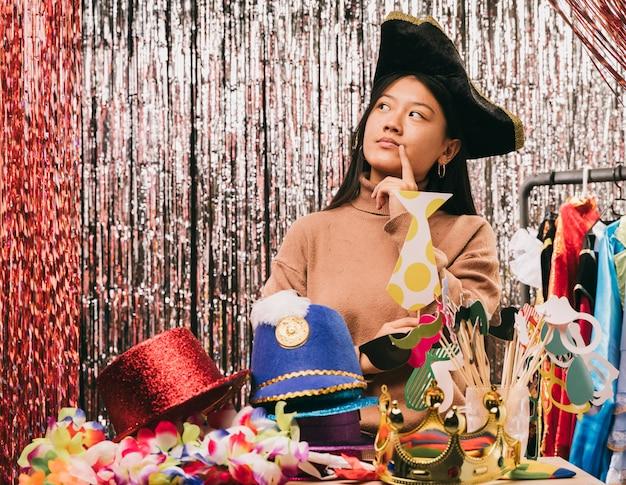 Giovane donna con cappello da pirata