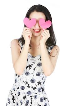 Giovane donna con carta a forma di cuore
