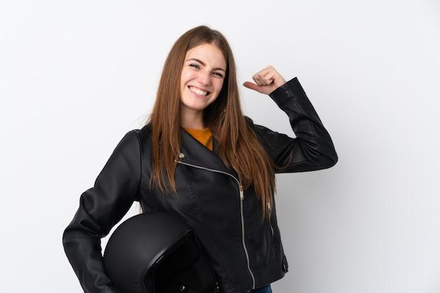 Giovane donna con casco da motociclista