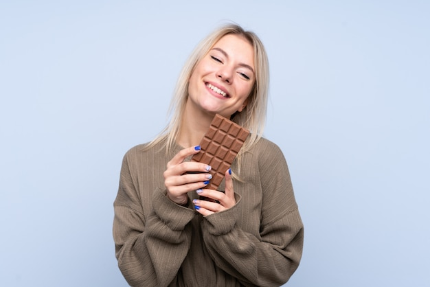 Giovane donna con cioccolato