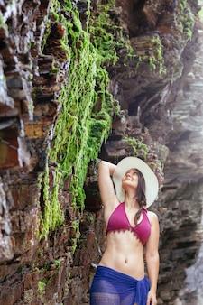 Giovane donna con costume da bagno trascorrere le vacanze estive