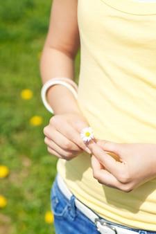 Giovane donna con daisy