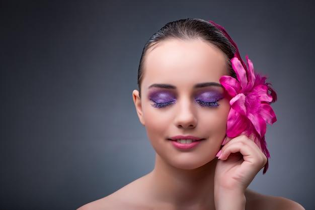 Giovane donna con decorazione floreale