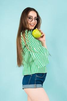 Giovane donna con due mele