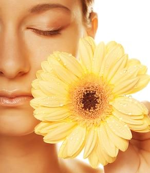 Giovane donna con fiore gerber isolato