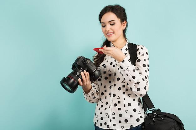 Giovane donna con fotocamera e la sua custodia