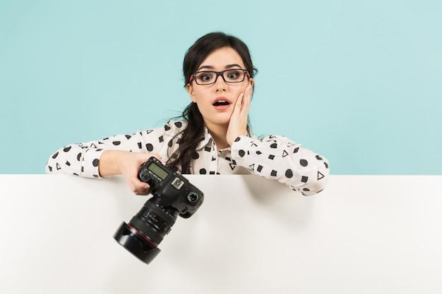 Giovane donna con fotocamera