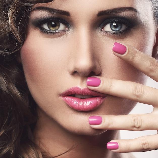 Giovane donna con gli occhi colorati