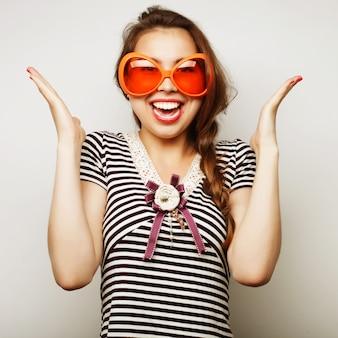 Giovane donna con gli occhiali grande festa
