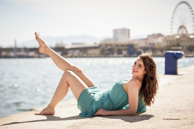 Giovane donna con i capelli lunghi divertirsi al porto