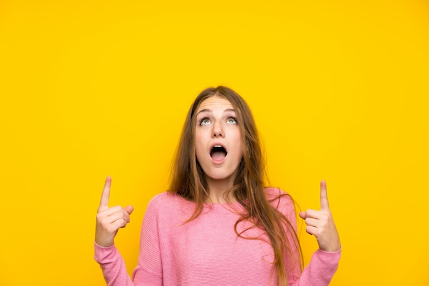 Giovane donna con i capelli lunghi, sorpreso e rivolto verso l'alto