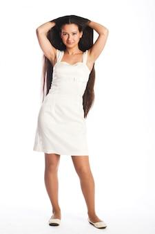 Giovane donna con i capelli lunghi su bianco
