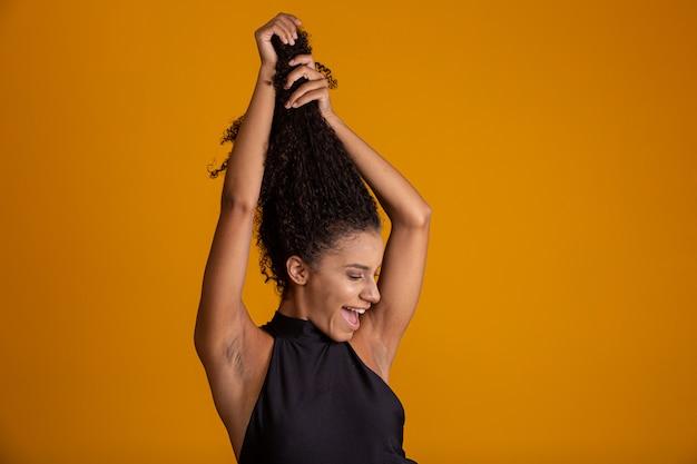 Giovane donna con i capelli ricci