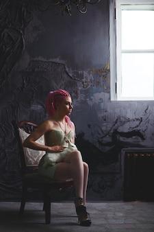 Giovane donna con i dreadlocks che indossa un corsetto