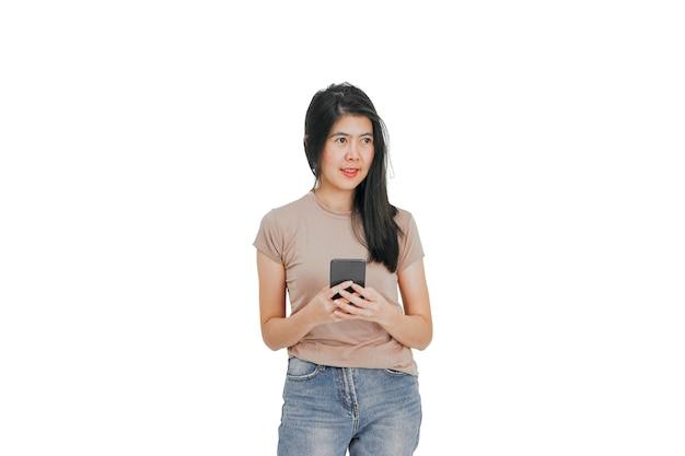 Giovane donna con il cellulare.
