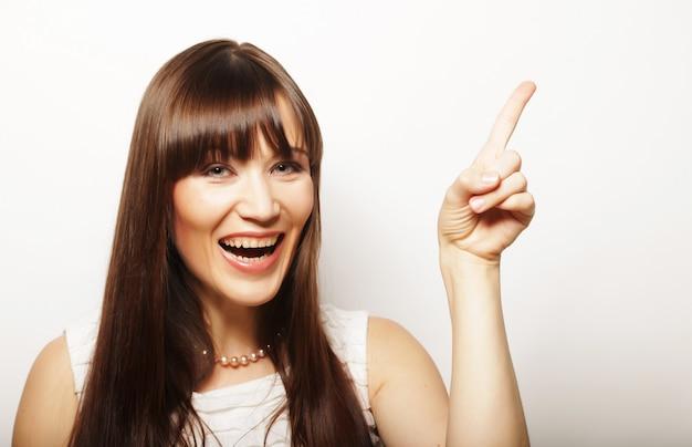 Giovane donna con il dito in su