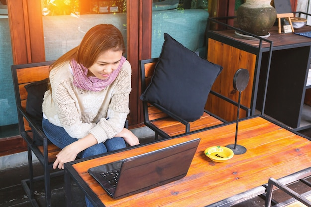 Giovane donna con il portatile
