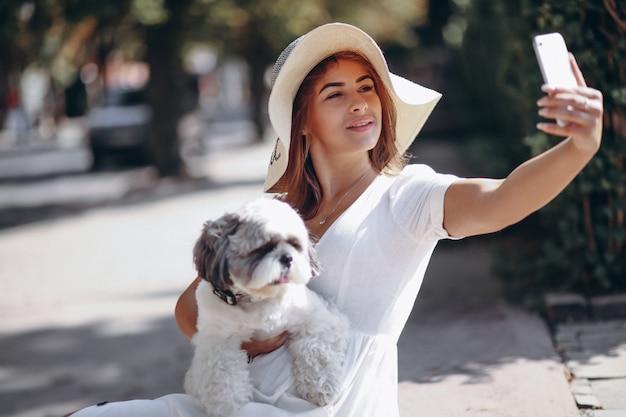 Giovane donna con il suo animale domestico all'aperto
