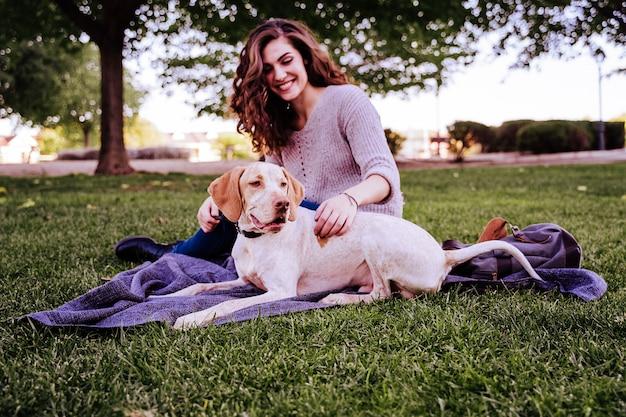 Giovane donna con il suo cane al parco