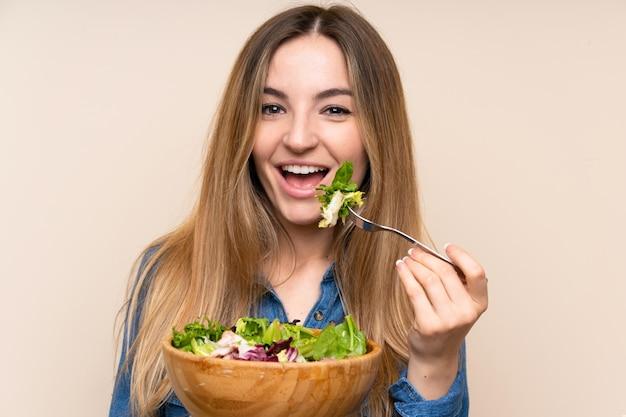 Giovane donna con insalata