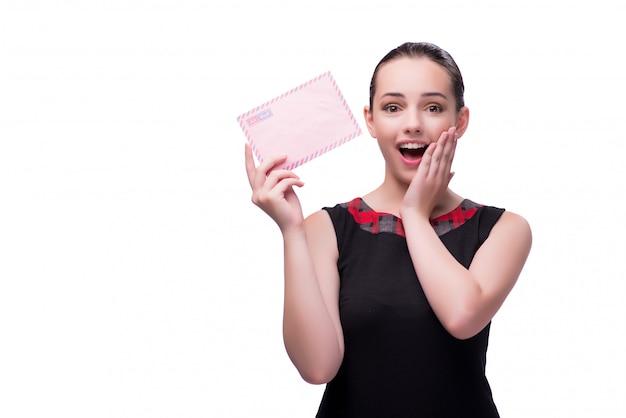 Giovane donna con la lettera isolata su bianco