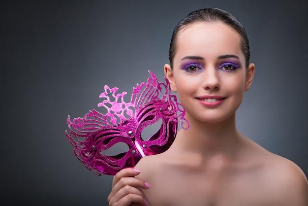 Giovane donna con la maschera di carnevale