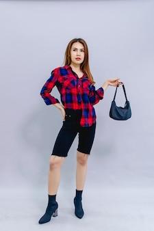 Giovane donna con la sua borsa