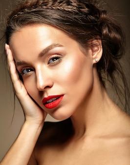 Giovane donna con labbra rosse e acconciatura ondulata
