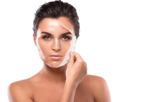 Giovane donna con maschera purificatrice sul viso