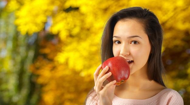 Giovane donna con mela