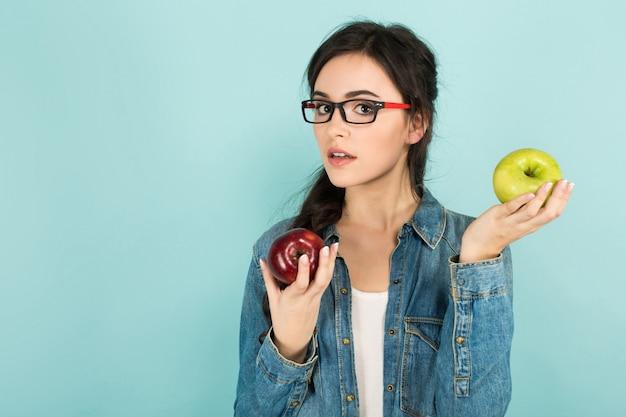 Giovane donna con mele