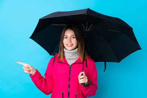 Giovane donna con ombrello