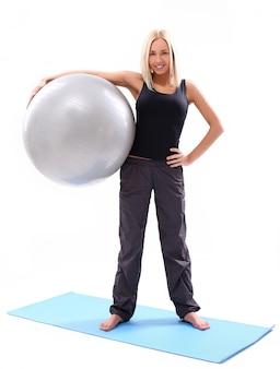 Giovane donna con palla fitness