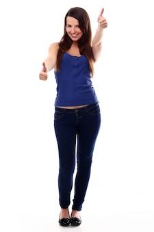 Giovane donna con pollice in alto