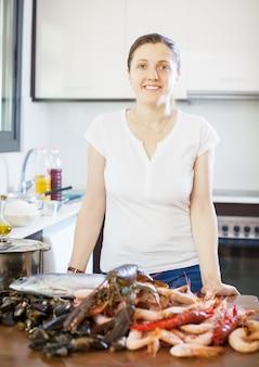 Giovane donna con prodotti marini freschi
